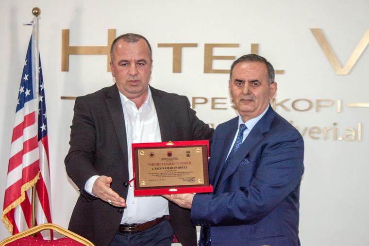 """Faik Bruçi me kryetarin e Këshillit të Qarkut Dibër, z. Hajri Laçi, gjatë ceremonisë së marrjes së titullit """"Nderi i Qarku Dibër"""""""